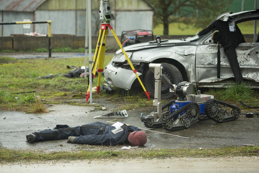 Mitarbeiter des Landeskriminalamts untersuchen einen Tatort.